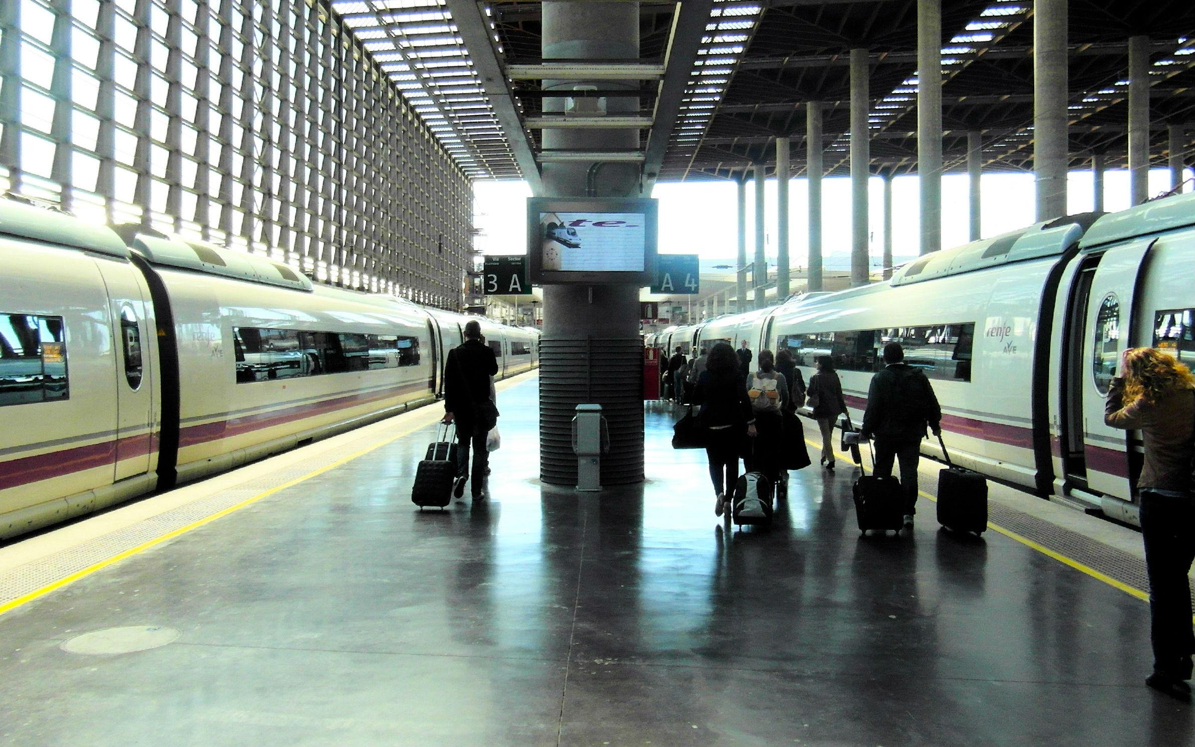 Pasajeros en la estación de tren de Atocha, en Madrid.