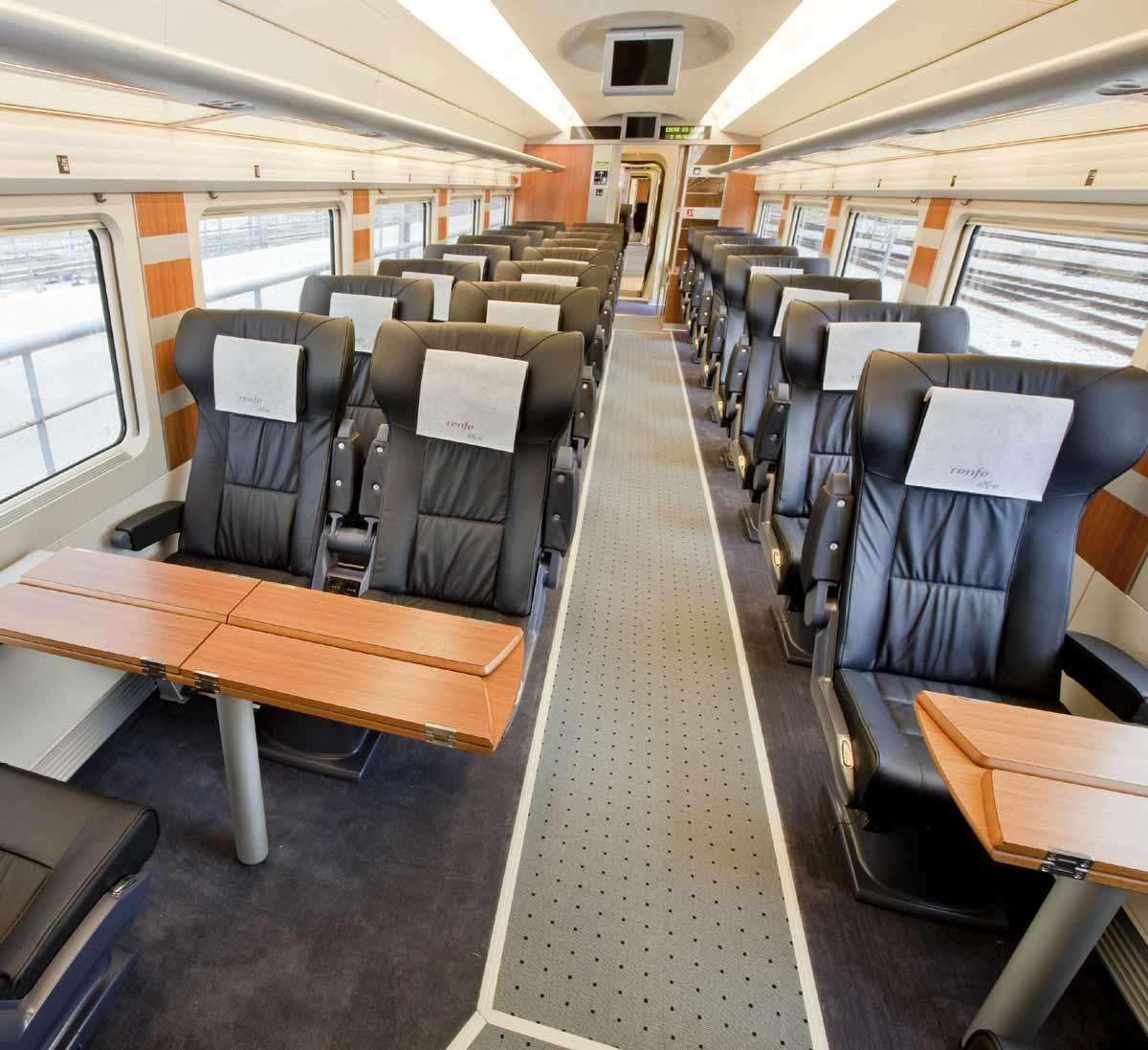 Vagón de tren AVE, donde se ven las mesas para 4 viajeros.