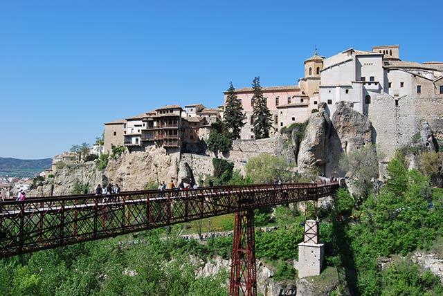 Pueblos bonitos de España construidos sobre rocas