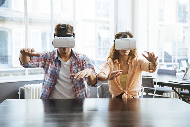 Un regalo especial para gente viajera pueden ser unas gafas de realidad virtual que te transportan a otro mundo.